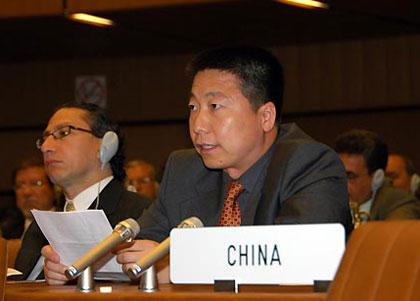 China'sfirstastronautYangLiweideliversaspeechatthe52ndplenarysessionoftheUnitedNationsCommitteeonthePeacefulUsesofOuterSpace(COPUOS),inVienna,capitalofAustria,June3,2009.YangLiweionWednesdaycalledforpeacefuldevelopmentanduseofouterspacehereatthe52ndplenarysessionofCOPUOSoftheUnitedNations.The52ndsessionofCOPUOSisbeingheldfromJune3toJune12attheUNofficeinVienna.(Xinhua/LiuGang)