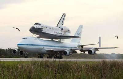 The space shuttle Atlantis arrives back at the Kennedy Space Center on a Boeing 747 aircraft in Cape Canaveral, Florida June 2, 2009.(Xinhua/Reuters Photo)