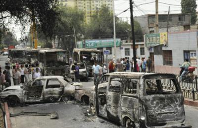 Vehicles set on fire and destroyed in Sunday night's riot are seen on Beiwan Street in Urumqi, capital of northwest China's Xinjiang Uygur Autonomous Region, July 6, 2009.(Xinhua/Shen Qiao)