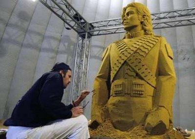 Russian sand sculptor Wiaczeslaw Borecki carves a figure of Michael Jackson during the Sand Sculptures Festival in Blankenberge July 9, 2009.REUTERS/Thierry Roge (BELGIUM SOCIETY)