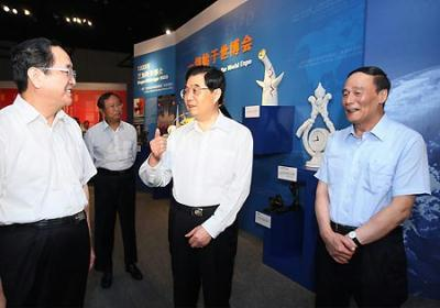 Hu Jintao (C), general secretary of the Central Committee of the Communist Party of China, Chinese president and chairman of the Central Military Commission, visits an exhibition of the Shanghai 2010 World Expo in Beijing, capital of China, July 15, 2009.(Xinhua Photo)