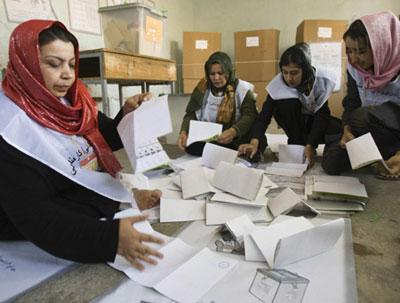 Women count ballot papers after the close of polling stations at a polling centre in Herat, western Afghanistan August 20, 2009. (Xinhua/Reuters Photo)