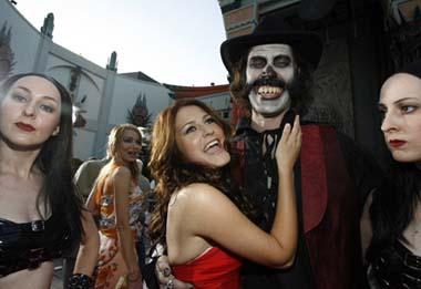 cast member scout taylor compton 2nd l smiles with co star bill moseley at the premiere of the movie halloween ii at the graumans