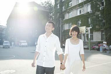 Xiayu and Yuan Quan shot a special group of photos on the campus of the Central Academy of Drama in Beijing on August 28, 2009, the day they registered for marriage. [Photo:sohu.com]