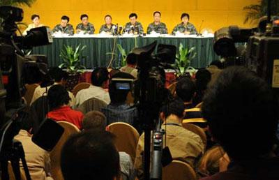 Chinese military medical experts answer queations at a press conference in Urumqi, capital city of Xinjiang Uygur Autonomous Region, Sept. 5, 2009. (Xinhua Photo)
