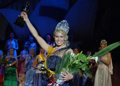 24-year-old Australian beauty Melinda Heffernan smiles after being crowned as the Miss Earth Australia 2009 in the University of New South Wales, Sydney, Australia, Sept. 19, 2009. Twenty-four contestants from around the country took part in the competition. [Photo: Xinhua]