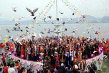 Newlyweds of 56 ethnic groups join group wedding in Zhejiang