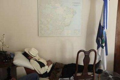 Honduras'oustedPresidentManuelZelayasleepsinsidetheBrazilianembassyinTegucigalpaSeptember22,2009.ZelayaendedalmostthreemonthsofexilebysneakingbackintoHondurasonMonday,seekingrefugeattheBrazilianembassytoavoidbeingarrested.REUTERS/EdgardGarrido(HONDURASPOLITICSIMAGESOFTHEDAY)