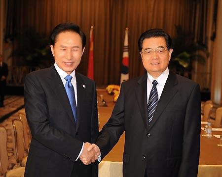 ChinesePresidentHuJintao(R)meetswithSouthKoreanPresidentLeeMyung-bakinNewYorkSept.23,2009.(Xinhua/LiuJiansheng)