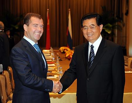 ChinesePresidentHuJintao(R)meetswithRussianPresidentDmitryMedvedevinNewYork,theUnitedStates,onSept.23,2009.(Xinhua/LiuJiansheng)