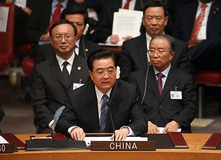 ChinesePresidentHuJintao(Front)addressestheSummitonNuclearNon-ProliferationandNuclearDisarmamentattheUnitedNationsheadquartersinNewYorkSept.24,2009.TheU.N.SecurityCouncilonThursdayunanimouslyadoptedaresolutiontostoptheproliferationofnuclearweaponsinabidtoseekasaferworldforall,andtocreateconditionsforaworldwithoutnuclearweapons.(Xinhua/JuPeng)