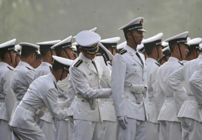 TroopsgetreadyatBeijing'sTian'anmenSquareaheadofagrandparadetocelebratethe60thanniversaryofthefoundingofthePeople'sRepublicofChina,October1,2009.[Xinhua]