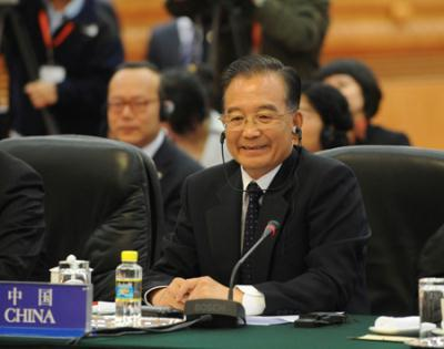 ChinesePremierWenJiabaoattendsthesecondtrilateralsummitmeetingofChina,JapanandtheROKinBeijing,capitalofChina,onOct.10,2009.ThemeetingkickedoffinBeijingonSaturdaymorning.(Xinhua/HuangJingwen)